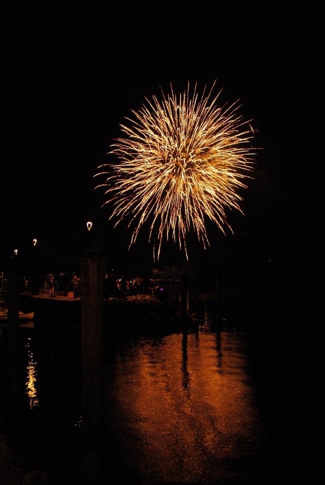 Fuochi d'artificio sul lago a Riva del Garda, per il Capodanno 2018.