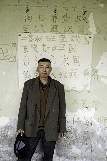 Zhan from China in the Šid squat. Zhan speaks only Chinese and nobody knows his story. A group of Pakistani minors help him taking care of daily activities during the travel. Šid, Serbia 2017.